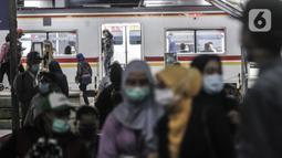 Penumpang turun dari KRL di Stasiun Manggarai, Jakarta, Selasa (12/1/2021). Selama PSBB di DKI mulai 11-25 Januari, PT Kereta Commuter Indonesia (KCI) memangkas jadwal operasional KRL menjadi pukul 04.00 WIB hingga 22.00 WIB guna menekan penularan Covid-19. (merdeka.com/Iqbal Nugroho)