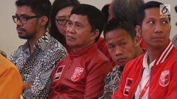 Mantan petinju, Ellyas Pical (dua kiri) dan petinju Daud Yordan (dua kanan) saat menghadiri Kongres Luar Biasa PKPI di Jakarta, Senin (14/5). Kongres mengusung tema 'Bersama Generasi Muda Wujudkan Persatuan dan Persatuan. (Liputan6.com/Angga Yuniar)