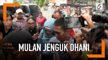 Mulan Jameela sempat kesulitan saat menjenguk suaminya, Ahmad Dhani. Mulan sebelumnya belum mengajukan izin sebelumnya.