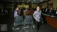 Terdakwa kasus korupsi pengadaan proyek e-KTP, Irman dan Sugiharto, usai menjalani sidang perdana di Pengadilan Tipikor Jakarta, Kamis (9/3). Keduanya menegaskan tidak akan mengajukan eksepsi atas dakwaan yang dibacakan JPU KPK (Liputan6.com/Helmi Afandi)