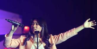 Konser Kahitna 30 Years Anniversary LOVE Festival memberikan berbagai kejutan dari para penampilnya. Penyanyi muda Isyana Sarasvati menjadi salah satu penampil yang memeriahkan konser 30 Tahun Kahitna. (Nurwahyunan/Bintang.com)