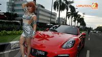 Roro Fitria tampak berpose dengan mobil sportnya yang berwarna merah (Liputan6.com/Johan Tallo).