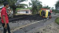 Sebuah insiden angkutan batu bara yang terguling di salah satu jalur lintas Sumatera di Provinsi Jambi. (Dok. Istimewa/B Santoso)