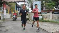 Pemain PSIS Semarang melahap cross country atau lintas alam di kawasan Bandungan, Kabupaten Semarang, Senin (25/3/2019). (Bola.com/Vincentius Atmaja)