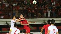 Bek Timnas Indonesia, Otavio Dutra, berusaha menyundul bola saat melawan Vietnam pada laga Kualifikasi Piala Dunia 2022 di Stadion Kapten I Wayan Dipta, Bali, Selasa (15/10). Indonesia kalah 1-3 dari Vietnam. (AFP/Aditya Wany)