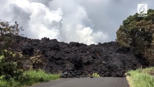 Letusan Gunung Kilauea di Hawai terus berdampak pada lingkungan sekitar. Lava dari letusan gunung mengalir dan menghambat jalan raya .