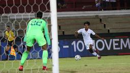 Striker Timnas Indonesia U-19, Bagas Kaffa, berusaha melakukan penetrasi saat melawan China U-19 pada laga ujicoba di Stadion I Wayab Dipta, Bali, Minggu (20/10). Indonesia kalah 1-3 dari China. (Bola.com/Aditya Wany)