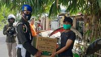 Kiper Arema FC, Teguh Amiruddin, kembali bertugas sebagai anggota TNI saat memberikan bantuan kepada masyarakat di Surabaya. (Bola.com/Iwan Setiawan)