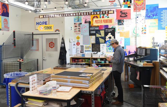 Seorang karyawan Facebook bekerja di sebuah toko percetakan di kampus kantor pusat perusahaan di Menlo Park, California. Josh Edelson/AFP