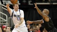 Aksi Luka Doncic saat Mavericks kalahkan Rockets pada laga NBA (AP)