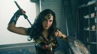 Aktris Gal Gadot saat memerankan Wonder Woman di film terbarunya. Film ini menceritakan sosok Diana, putri cantik asal Amazon yang dilatih guna menjadi ksatria tak terkalahkan, Wonder Woman. (Clay Enos/Warner Bros. Entertainment via AP)