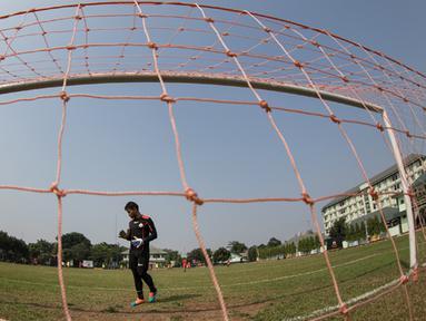 Kiper Persija, Andritany Ardhiyasa berlatih jelang Piala Presiden 2015 di Lapangan Yon Zikon 14, Jakarta, Jumat (21/8/2015). Kiper berusia 23 tahun itu sempat tidak hadir pada latihan perdana. (Bola.com/Vitalis Yogi Trisna)