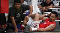Petinju Manny Pacquiao melakukan pemanasan dengan pengawasan teman lama Nonoy Neri selama sesi pelatihan di gym di Manila, (17/5). Pacquiao akan bertanding melawan petinju Argentina Lucas Matthysse. (AFP Photo/Ted Aljibe)