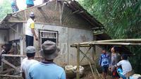 Sejumlah warga Kampung Parungsea lamri memperisapkan proses pembangunan rumah milik guru ngaji, Zaenal Arifin, secara sukarela. (Foto: Mulvi/Liputan6.com).