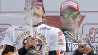 Marc Marquez rayakan gelar juara dunia setelah naik podium bersama Jorge Lorenzo di MotoGP Valencia 2013. (AFP/Jose Jordan)