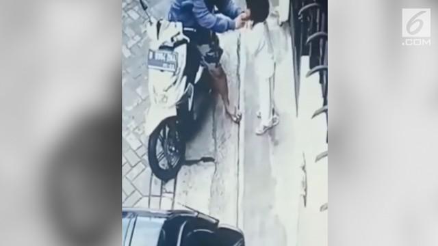 Aksi penjambretan terhadap bocah perempuan terekam kamera cctv.