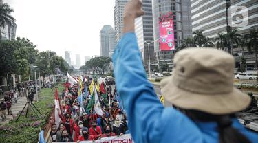 Massa yang tergabung dalam Gerakan Mahasiswa Jakarta berunjuk rasa di depan Kementerian Pendidikan dan Kebudayaan (Kemendikbud), Jakarta, Senin (22/6/2020). Mahasiswa mengkritik Kemendikbud karena tidak adanya kebijakan keringanan biaya kuliah di tengah pandemi COVID-19. (Liputan6.com/Faizal Fanani)