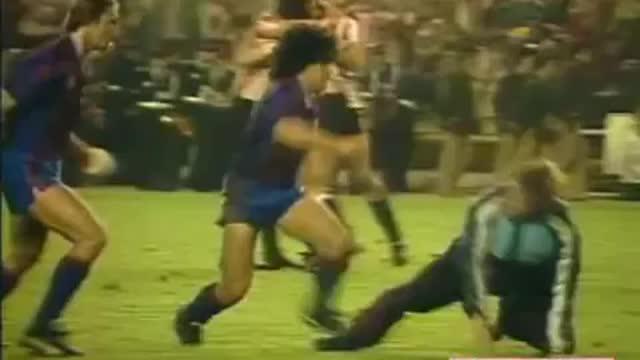 Legenda sepak bola dunia Diego Maradona pernah memperkuat Barcelona pada tahun 1982-1984. Saat memperkuat Blaugrana, Maradona pernah tawuran di lapangan saat melawan Athletic Bilbao.