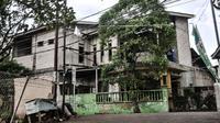 Suasana saat Tim Gegana meledakkan salah satu barang bukti di rumah milik terduga teroris di kawasan Condet, Jakarta Timur, Senin (29/3/2021). Tim Gegana meledakkan benda yang memiliki daya ledak di lantai atas rumah terduga teroris. (merdeka.com/Iqbal S Nugroho)