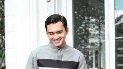 Tak kalah menawan, pakai baju koko dengan nuansa warna lebih gelap yakni abu-abu serta celana hitam, gaya ini bisa jadi OOTD menyambut Lebaran. (Liputan6.com/IG/@ikbalfauzi_)