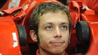 Pebalap MotoGP, Valentino Rossi, melakukan tes F1 bersama Ferrari dengan menggunakan mobil F2008 di Catalunya, Spanyol, pada awal 2010. (formulaspy.com)