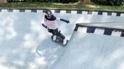 Atlet skateboard Indonesia, Bunga Nyimas Cinta, saat latihan di Skateboard Park, TMII, Jakarta, Sabtu (8/9/2018). Berhasil meraih perunggu, Bunga Nyimas menjadi atlet termuda peraih medali di Asian Games 2018. (Bola.com/M Iqbal Ichsan)