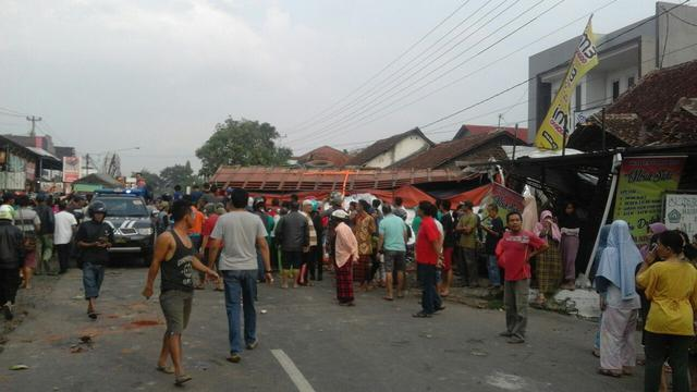 Kecelakaan Maut Bumiayu menghantam kendaraan, rumah warga dan 12 orang meninggal. (Liputan6.com/Fajar Eko Nugroho)