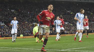Pemain anyar Manchester United, Alexis Sanchez merayakan golnya ke gawang Huddersfield Town pada laga Premier League di Old Trafford, Manchester, (3/2/2018). MU menang 2-0. (AFP/Paul Ellis)
