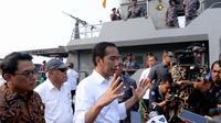 Jokowi naik Kapal TNI AL Lemukutan saat meninjau hunian di kawasan Sungai Kapuas, Pontianak, Kalimantan Barat, Kamis (5/9/2019). (Biro Pers, Media, dan Informasi Sekretariat Presiden)