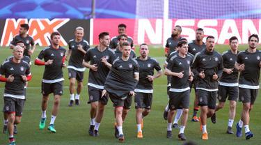Para pemain Bayern Munchen melakukan pemanasan dalam sesi latihan di Stadion Ramon Sanchez Pizjuan di Sevilla (2/4). Munchen akan bertanding melawan Sevilla pada leg pertama babak perempatfinal Liga Champions. (AFP Photo/Cristina Quicler)