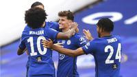 Para pemain Chelsea merayakan gol yang dicetak oleh Mason Mount ke gawang Manchester United pada laga Piala FA di Stadion Wembley, Minggu (19/7/2020). Chelsea menang dengan skor 3-1. (AP/Andy Rain, Pool)