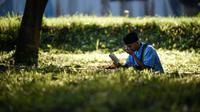 Korban selamat Fikramullah berdoa saat memperingati 15 tahun musibah gempa dan tsunami di Kuburan Massal Siron, Aceh, Kamis (26/12/2019). Pada 26 Desember 2004, gempa magnitudo 9,3 memicu gelombang tsunami setinggi 30 meter dan menewaskan sekitar 170 ribu warga Aceh. (CHAIDEER MAHYUDDIN/AFP)