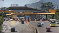Sejumlah kendaraan memasuki area gerbang Tol Cileunyi, Jawa Barat, Sabtu (2/7). Banyaknya kendaraan yang memilih Tol Cipali sebagai jalur utama, membuat kondisi Tol Cileunyi sepi dari pemudik. (Liputan6.com/Immanuel Antonius)