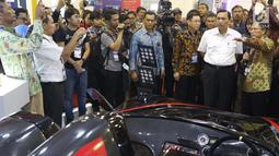 Menteri Koordinator Bidang Kemaritiman, Luhut Binsar Panjaitan (kedua kanan) saat meninjau gelaran Indonesia Electric Motor Show (IEMS) 2019 di Jakarta, Rabu (4/9/2019). IEMS 2019 merupakan pameran khusus kendaraan listrik pertama di Indonesia yang digelar BPPT. (Liputan6.com/Helmi Fithriansyah)