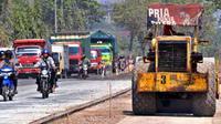 Alat berat meratakan tanah sebelum proses pengaspalan jalan, di Jalan Lingkar Semarang, Jateng, Jumat (28/8). Pelebaran jalan di jalur utama pantura itu diperkirakan selesai pekan depan. (Antara)