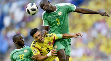 Pemain Kolombia, Radamel Falcao (tengah) berusaha menyundul bola dari kawalan dua pemain Senegal pada laga terakhir grup H di Samara Arena, Samara, Rusia, (28/6/2018). Kolombia menang 1-0. (AP/Martin Meissner)