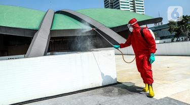 FOTO: Penyemprotan Disinfektan Jelang Masa Sidang DPR