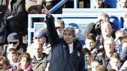 Pelatih Manchester City, Manuel Pellegrini, memberikan instruksi kepada pemainnya pada lanjutan Liga Inggris di Stadion Stamford Bridge, London, Sabtu (16/4/2016). (AFP/Adrian Dennis)