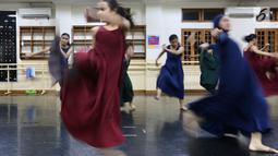 Pebalet sedang latihan jelang pementasan Namarina Youth Dance (NYD) di Studio Namarina, Jakarta, Kamis (25/7/2019). Pementasan NYD akan digelar di Museum Nasional Indonesia. (Liputan6.com/Fery Pradolo)