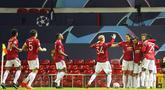 Para pemain Manchester United merayakan gol yang dicetak oleh Bruno Fernandes ke gawang Istanbul Basaksehir pada laga Liga Champions di Stadion Old Trafford, Rabu (25/11/2020). Setan Merah menang dengan skor 4-1. (AP/Dave Thompson)