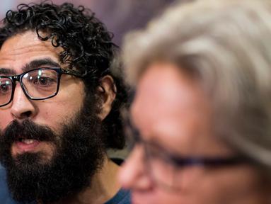 Pria Suriah, Hassan al-Kontar berbicara kepada media setibanya di sebuah bandara di Vancouver, Senin (26/11). Kontar yang sebelumnya terdampar 7 bulan di Bandara Kuala Lumpur mendapat suaka dari pemerintah Kanada. (Ben Nelms/The Canadian Press via AP)