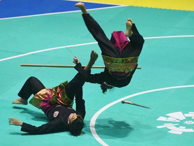 Pesilat Indonesia, Ayu Sidan Wilantari dan Ni Made Dwiyanti, saat beraksi pada Asean Games di Padepokan TMII, Jakarta, Rabu (29/8/2018). Ayu/Made berhasil meraih emas pada nomor seni ganda putri. (Merdeka.com/Imam Buhori)
