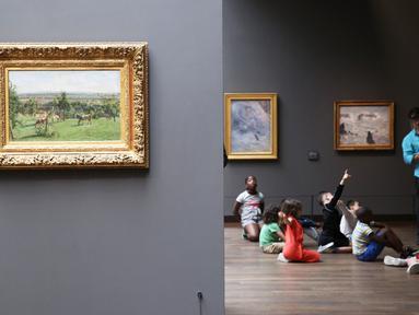 Sejumlah anak mengamati karya seni di Musee d'Orsay saat di Paris, Prancis (23/6/2020). Musee d'Orsay (Museum Orsay) pada Selasa (23/6) kembali dibuka, seiring Prancis memasuki fase pelonggaran baru dengan lebih banyak lagi kebijakan untuk melonggarkan lockdown coronavirus. (Xinhua/Gao Jing)