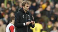 Liverpool manager Juergen Klopp holds his broken glasses at the end of the match Action Images via Reuters / John Sibley