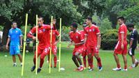Pemain Arema saat menjalani latihan fisik di Kebun Raya Purwodadi, Pasuruan. (Bola.com/Iwan Setiawan)