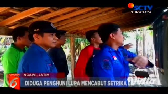 Wanita separuh baya di Ngawi, Jawa Timur pingsan ketika melihat rumahnya dilalap si jago merah. Para warga pun berusaha menenangkan wanita tersebut dan memadamkan si jago merah.