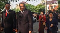 Presiden ke-6 RI Susilo Bambang Yudhoyono (SBY) dan istri Ani Yudhoyono disambut Mendagri, Tjahjo Kumolo saat menghadiri pernikahan putri Presiden Jokowi, Kahiyang Ayu-Bobby Nasution di Graha Saba, Surakarta, Rabu (8/11). (Liputan6.com/ Lizsa Egeham)