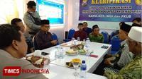 Pelawak Sukur (tengah) baju hijau, kopyah hitam, saat diintrogasi Kapolres Probolinggo dan MUI Kabupaten Probolinggo. (TIMES Indonesia/Dicko W)