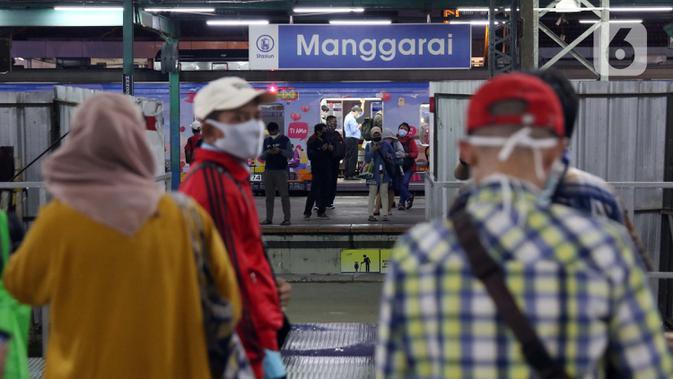 Calon penumpang menanti KRL di Stasiun Manggarai, Jakarta, Senin (13/4/2020). Seiring dengan pemberlakuan PSBB di DKI Jakarta, PT KCI membatasi operasional KRL dari pukul 06.00 WIB hingga 18.00 WIB dengan jumlah penumpang 60 orang di setiap gerbongnya. (Liputan6.com/Helmi Fithriansyah)