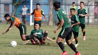 Pemain Timnas Indonesia U-22, Rafi Syarahil terjatuh saat berebut bola di Lapangan ABC, Senayan, Jakarta, Sabtu (12/1). Pada hari keenam pemusatan latihan, Indra Sjafri menggelar game internal untuk menyaring para pemainnya. (Bola.com/M Iqbal Ichsan)